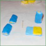 Cernit Sommerfuglcane trin 10: Lav gule firkanter, læg dem på de blå og fold de blå firkanter ind over de gule