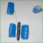 Cernit Sommerfuglcane trin 11: Lav en sort pølse og læg den mellem de blå stykker