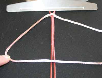 Knyttet armbånd trin 2: Læg venstre snor over midten i et 4tal
