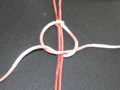 Knyttet armbånd trin 5: Træk snoren op gennem løkken