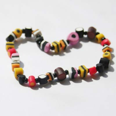 Armbånd af små håndlavede lakridskonfekt perler