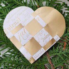 Papir til flettede julehjerter - hvid med guldskrift
