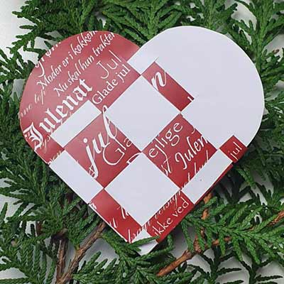 Papir til flettede julehjerter - rød med guldskriftPapir til flettede julehjerter - rød med hvid skrift