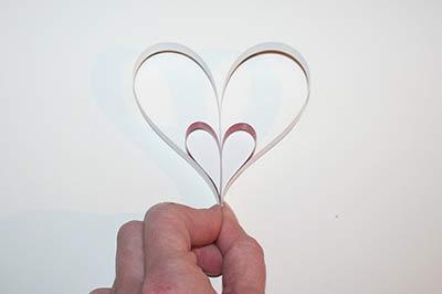 Hjerter af stjernestrimler trin 4: Bøj de lange strimler nedad.
