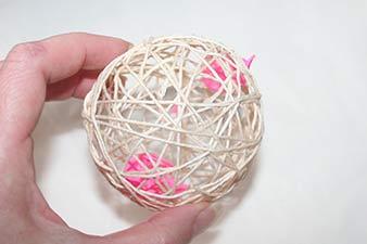 Julekugler af snor trin 10: Prik hul på ballonen