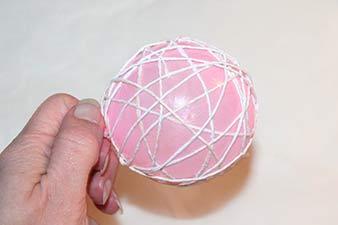 Julekugler af snor trin 5: Før snoren rundt og rundt om ballonen