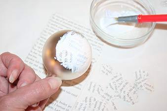 Julekugler med print trin 5: Placer papirstykker på kuglen