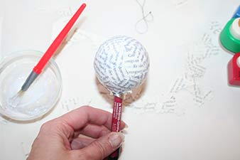 Julekugler med print trin 8: Sæt kuglen til tørre på en kuglepen eller pind