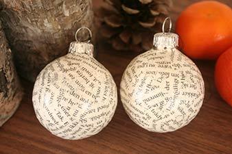 Julekugler dekoreret med print og glimmer