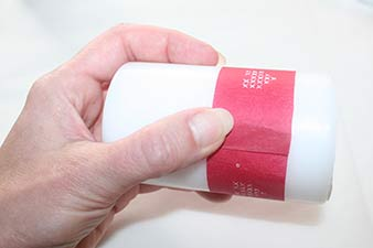 Servietter på stearinlys trin 2: Klip en bort ud af en servietServietter på stearinlys trin 4: Tjek længden på borten