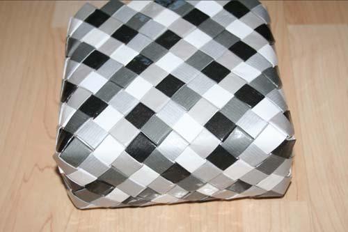 Flettet taske med 7 tern bred bund - set skråt nedefra