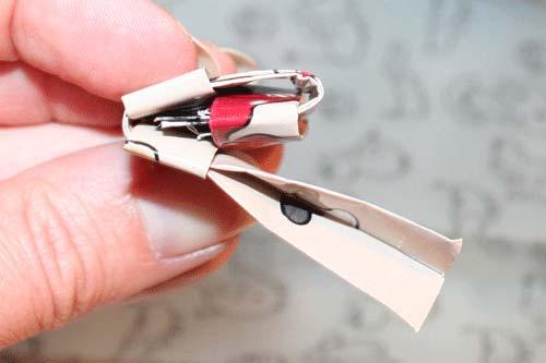 Candywrapper - flet en firkant af fire stykker papir - stik papiret ned i lommen