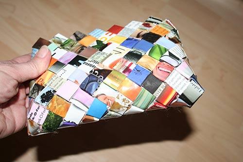 Smal flettet taske med bunden syet sammen - set skråt nedefra