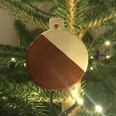 Juletræspynt - julekugler i porcelæn med rustrød, spættet glasur