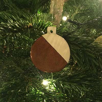 Pynt til juletræet - julepynt - flade porcelænskugler med rustrød glasur